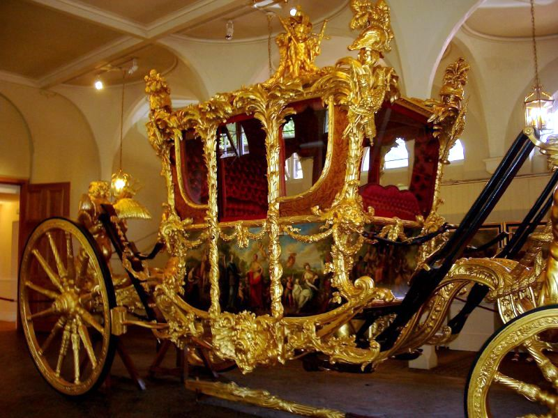 Drawn trolley gold horse The Royal Transportation enclosed horse