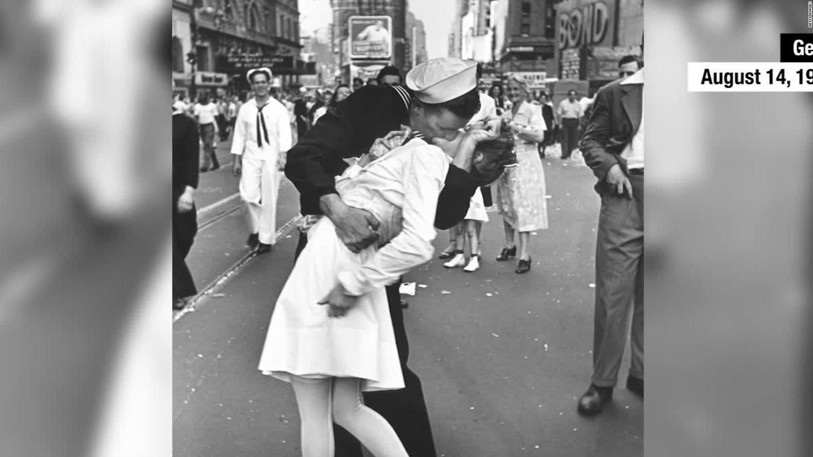 Drawn kisses ended the war Com 70th J CNN Kiss