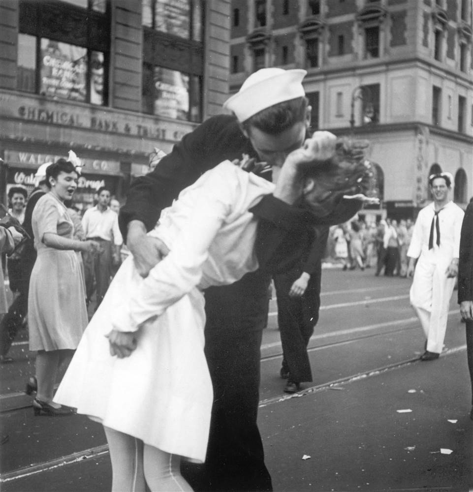 Drawn kisses ended the war Zimmer a by nurse New