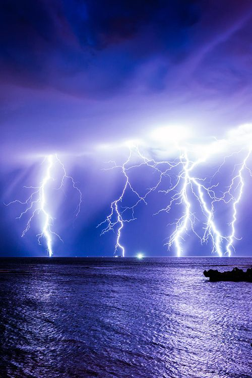 Drawn lightening Sea  Ocean a assistere