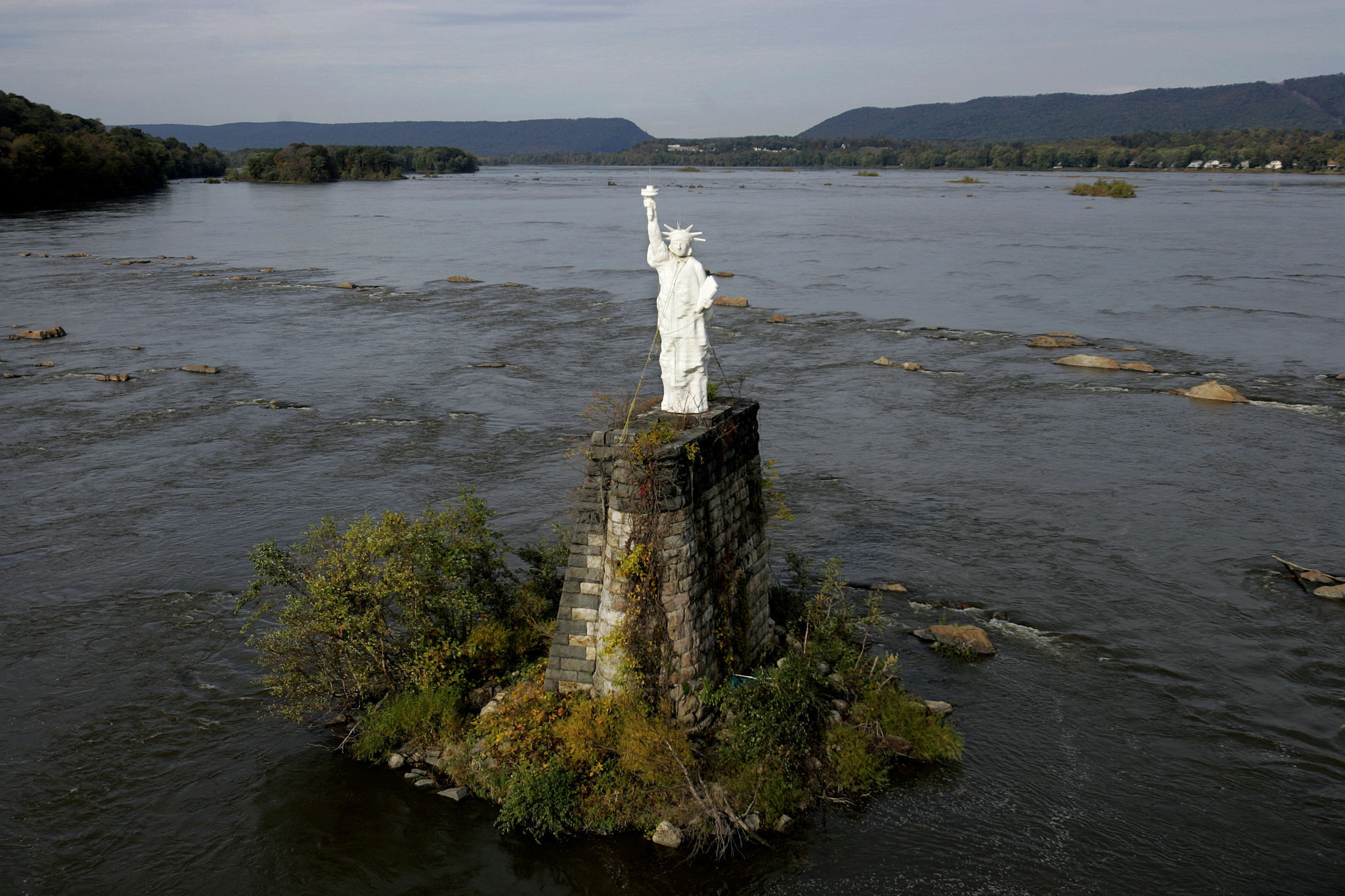 Drawn statue of liberty fallen To an 1986 Susquehanna onto