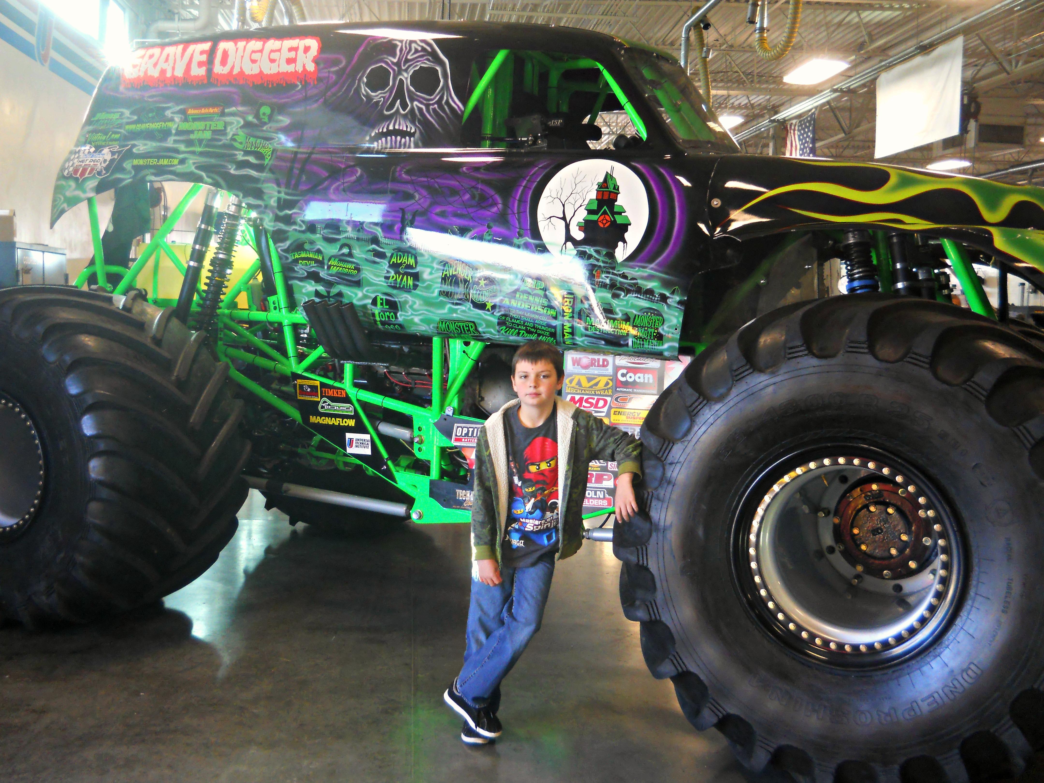 Drawn truck grave digger monster truck Monster Sacramento Digger Family Sacramento