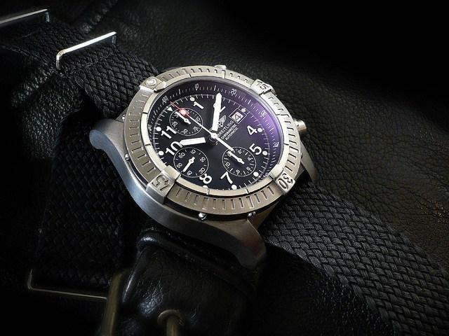 Drawn watch chronometer Chrono Heuerville this: Breitling Avenger